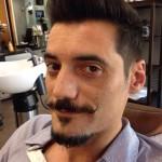 bigote acabado en rizo mas ancho en el centro y fino en los extremos