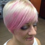 Pixie platino con flequillo rosa chicle