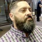 Barba espesa que se une con un bigote menos denso
