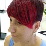flequillo rojo magenta en pelo corto